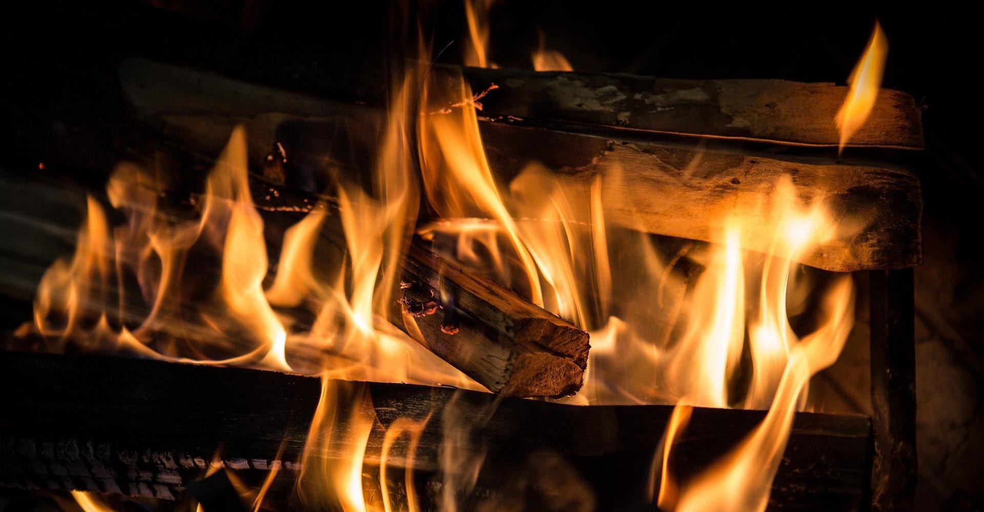 Brennende Scheite